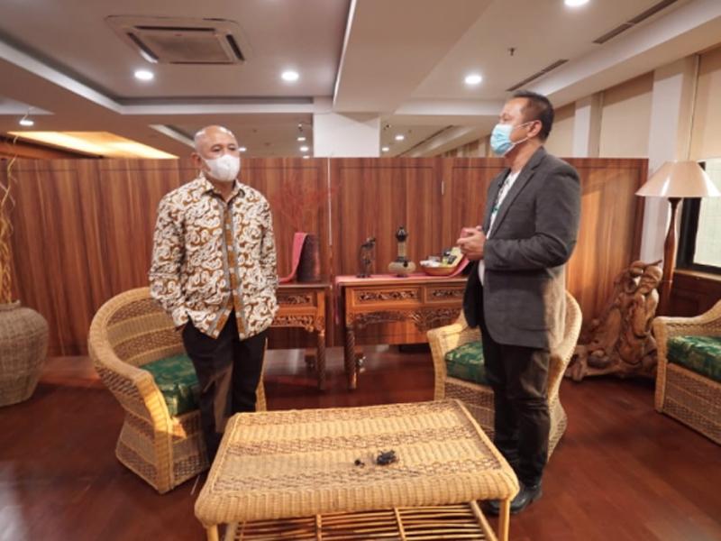 Menteri Koperasi dan UKM Teten Masduki bersama Direktur Utama GenPI.co Don Kardono. Foto: GenPI.co