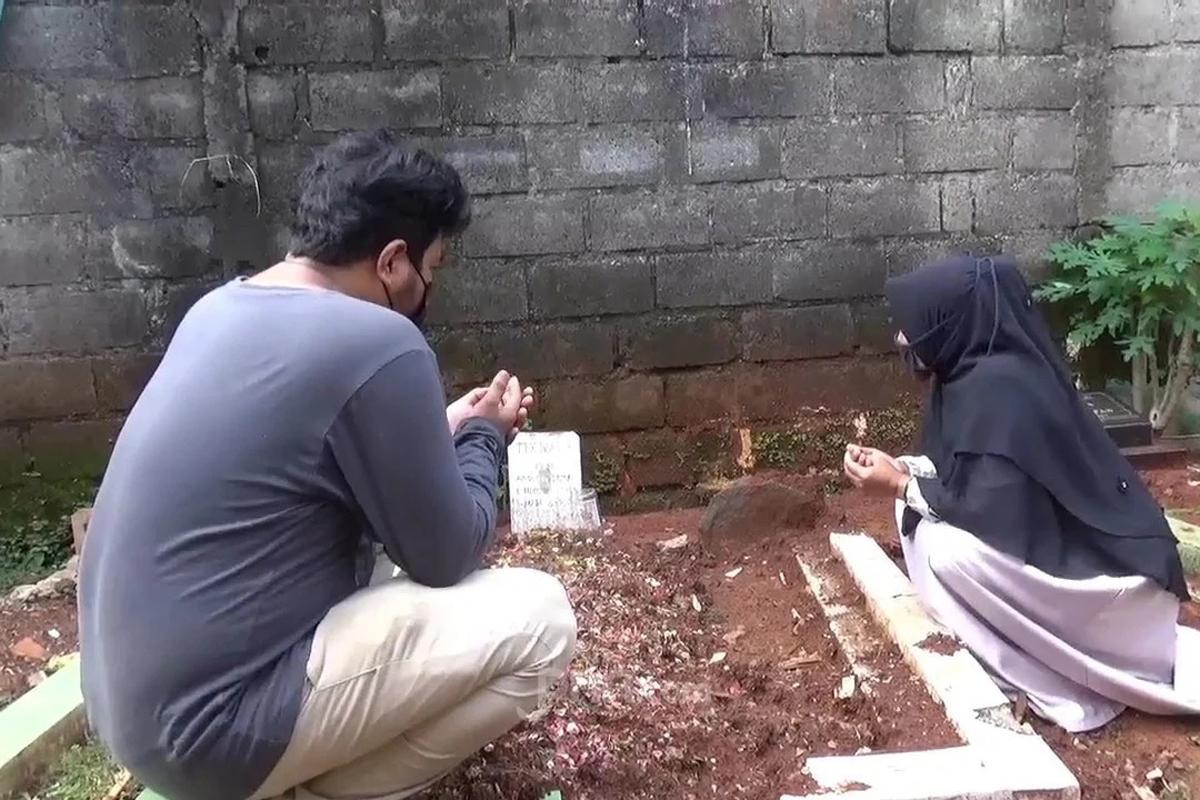 Viki bersama ibunya saat berdoa di makam Trio Fauqi Virdaus, Senin (10/5). Foto: Kenny Kurnia Putra/JPNN.com/GenPI.co