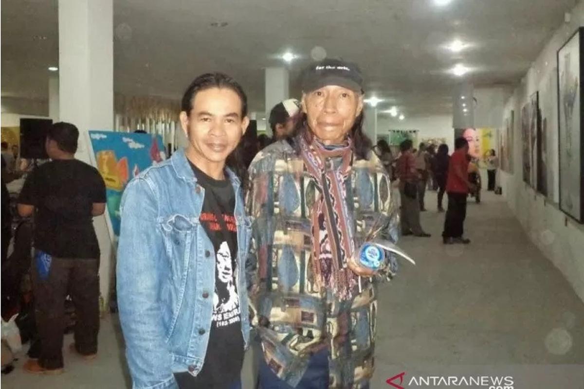 Penyair Umbu Wulang Landu Paranggi (kanan) saat berfoto dengan Wayan Jengki Sunarta dalam satu acara. (Blog Umbu Landu Paranggi)
