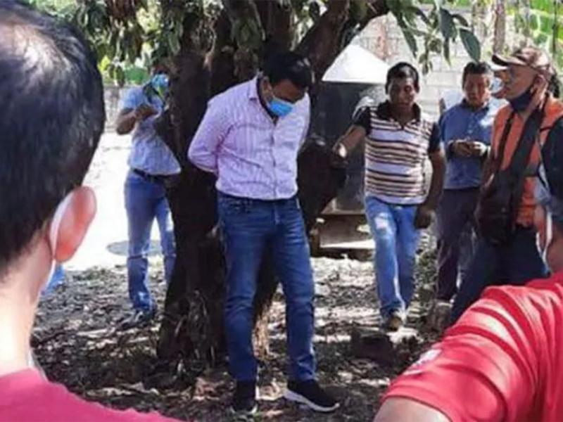 Lihat, Wali Kota Diikat di Pohon Karena Bohongi Warga