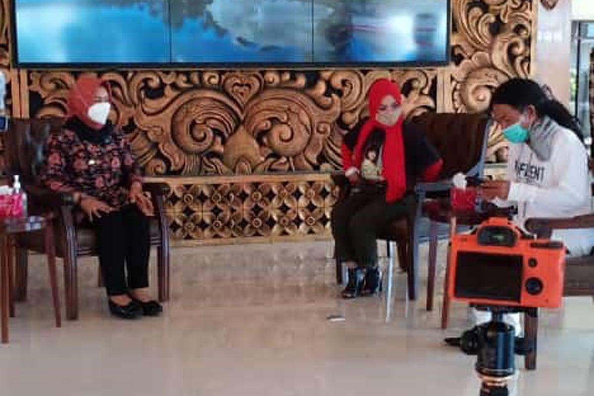 Wali Kota Mojokerto Ika Puspitasari saat bersua tim JPNN, pendiri OM New Monata Cak Sodiq, dan pedangdut Lies Damayanti di pendopo Pemkot Mojokerto, Jumat (23/4). Foto: Damarhuda/JPNN.com/GenPI.co