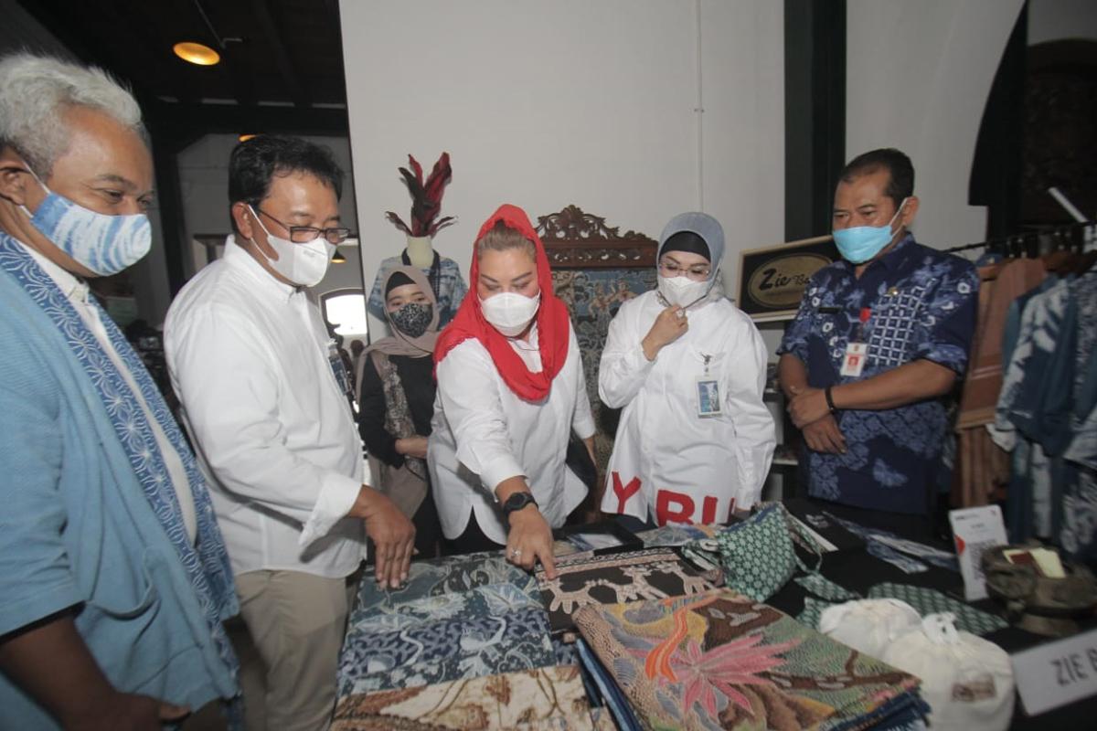 Wakil Wali Kota Semarang Hevearita Gunaryanti Rahayu (ketiga kanan) bersama Wakil Direktur Utama BNI Adi Sulistyowati (kedua kanan), Direktur Hubungan Kelembagaan BNI Sis Apik Wijayanto (kedua kiri), dan Kepala Dinas Perindustrian Kota Semarang Mustohar