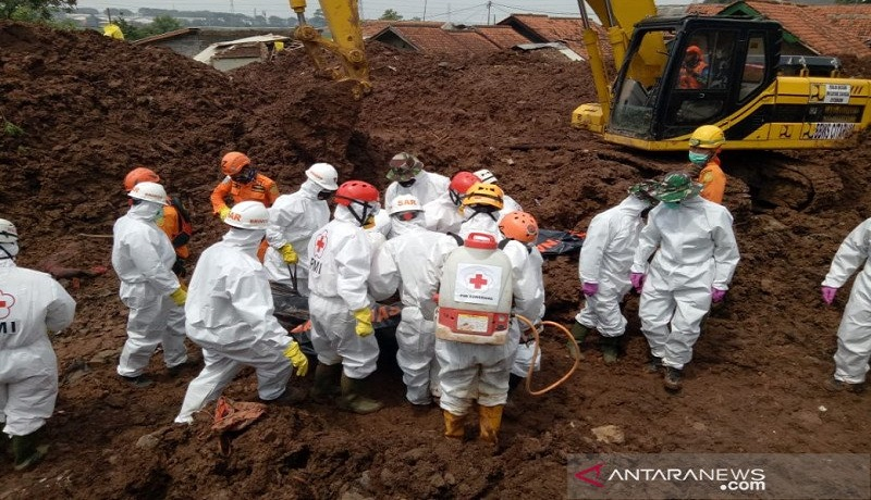 Tim SAR gabungan mengevakuasi korban longsor di Sumedang. FOTO: Antara