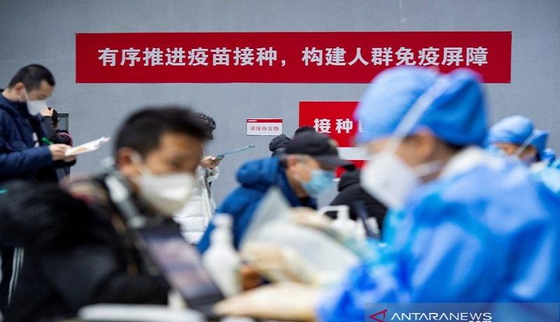 Warga memberikan formulir untuk menerima vaksin virus corona. FOTO: ANTARA/cnsphoto via REUTERS/rwa/cfo