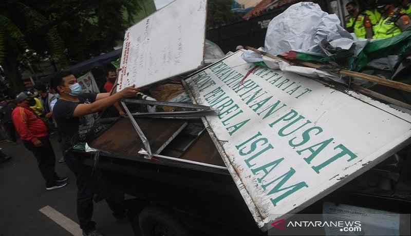 Petugas mencopot papan nama FPI di Petamburan, Jakarta Pusat. FOTO: Antara