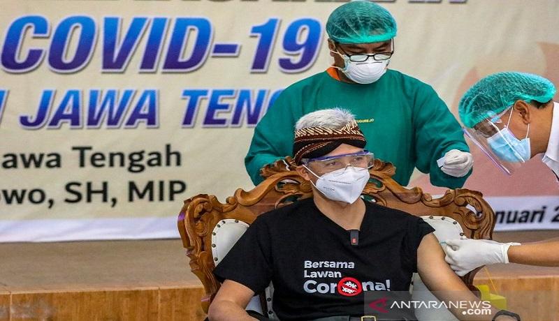 Ganjar Pranowo saat disuntik vaksin covid-19. FOTO: Antara