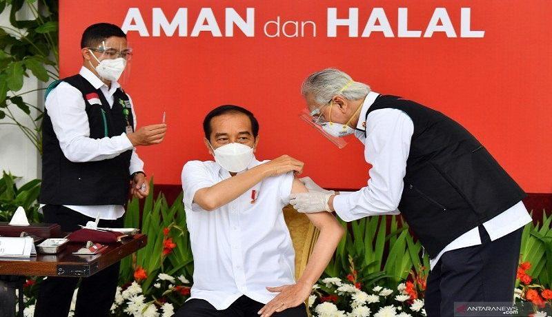 Presiden Jokowi saat disuntik vaksin corona. FOTO: Antara
