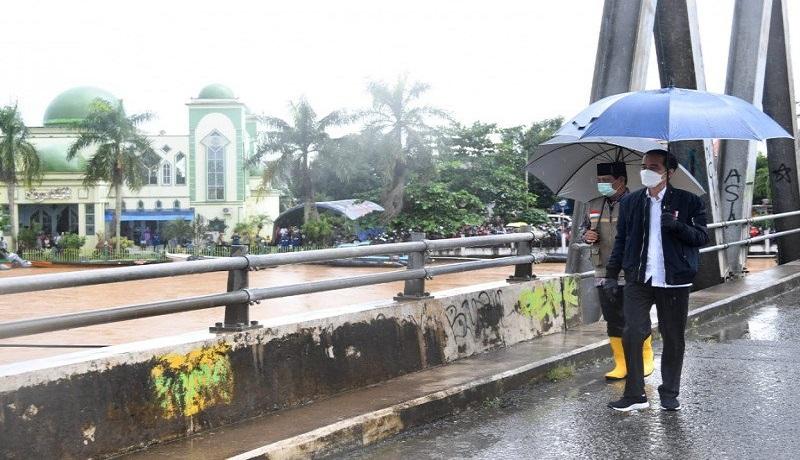 Presiden Jokowi saat meninjau banjir di Kalimantan. FOTO: Antara