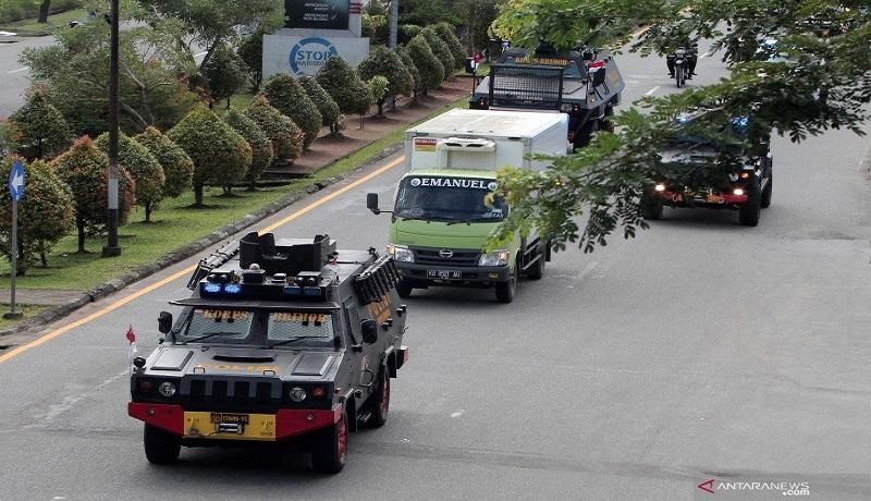 Sejumlah kendaraan taktis (rantis) mengawal truk bermuatan vaksin covid-19. FOTO: Antara