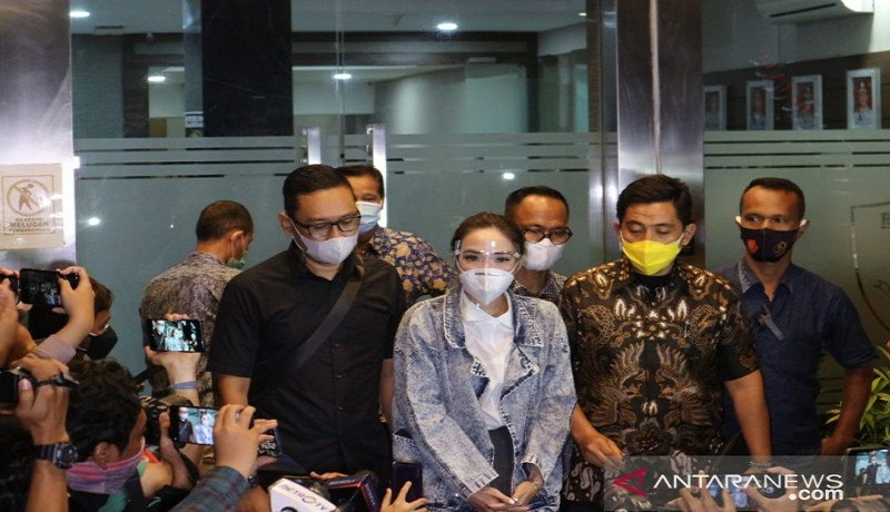 Gisel usai dperiksa sebagai tersangka di Polda Metro Jaya. FOTO: Antara