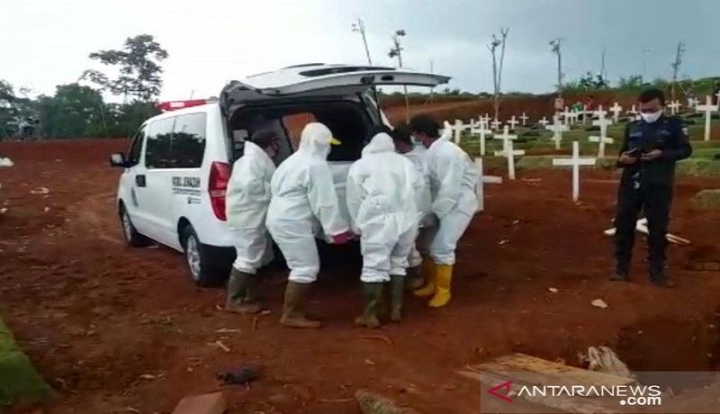Petugas pemakaman pasien covid-19 di blok muslim TPU Pondok Ranggon, Jakarta Timur. FOTO: Antara