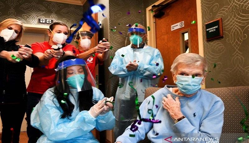 Seorang pasien rehabilitasi diberikan vaksin virus corona. FOTO: Antara/Reuters/Stephen Dunn