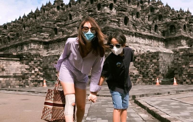 Bunga Citra Lestari tengah menikmati liburan akhir tahun bersama Noah di Candi Borobudur, Magelang, Jawa Tengah (Foto: Instagram/BCL)