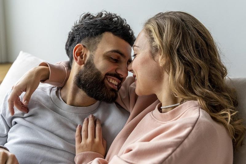 Siapa Lebih Setia? Ini Perbedaan Pria dan Wanita Soal Jatuh Cinta