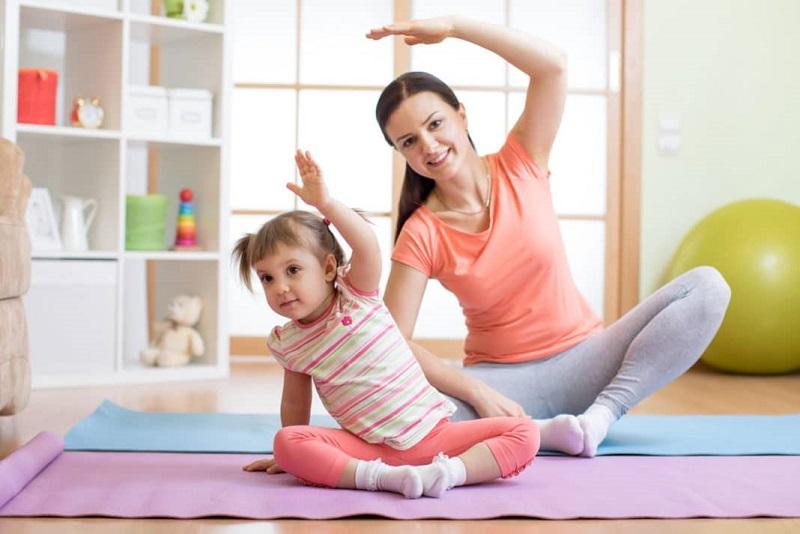 ilustrasi: ibu dan anak melakukan kegiatan olahraga ( foto: freepik)