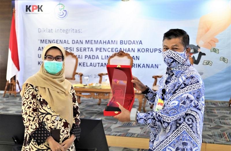 Direktur Pendidikan dan Pelatihan KPK Dian Novianthi (kiri) dan Inspektur Jenderal KKP Muhammad Yusuf (kanan). (Dok. KKP)