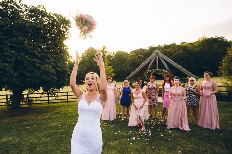 Inilah Makna Lempar Buket Bunga di Pernikahan