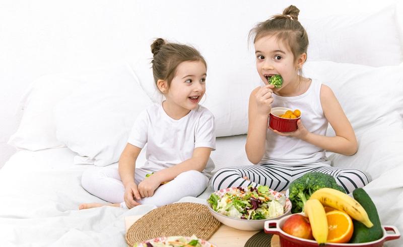 ilustrasi: makanan bergizi yang membantu perkembangan otak anak ( foto: freepik)