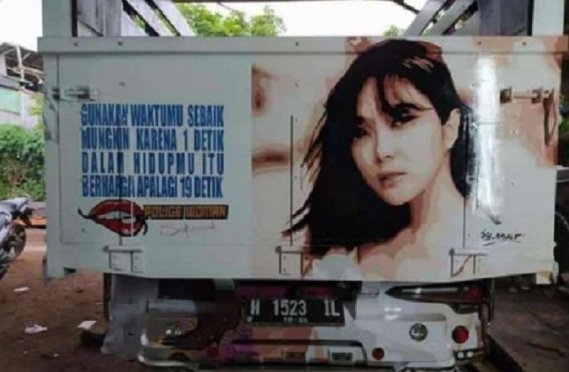 Sebuah truk yang di belakangnya bertuliskan kalimat (foto: twitter yang diunggah oleh @dwisetiawanri)