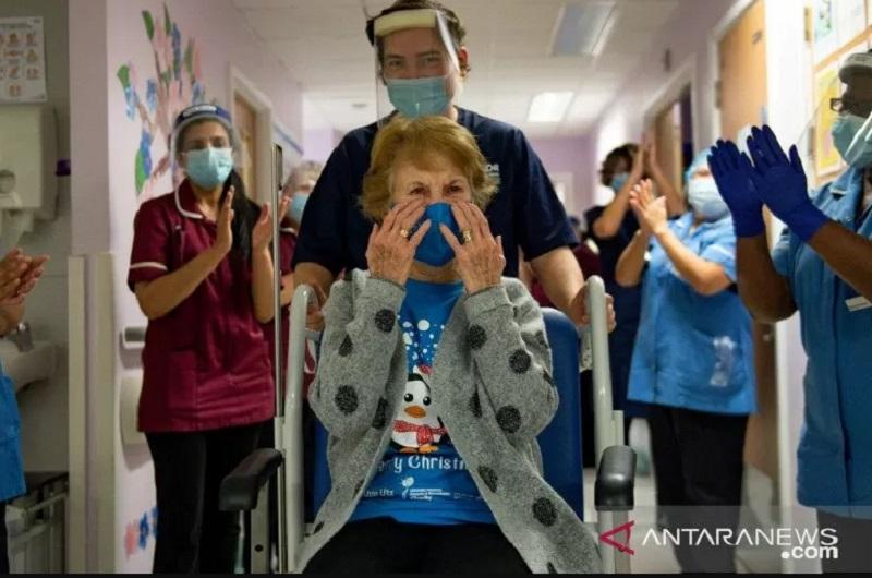 Pasien pertama penerima vaksin covid-19 di Inggris Margaret Keenan. (Foto: REUTERS/POOL/ANTARA)
