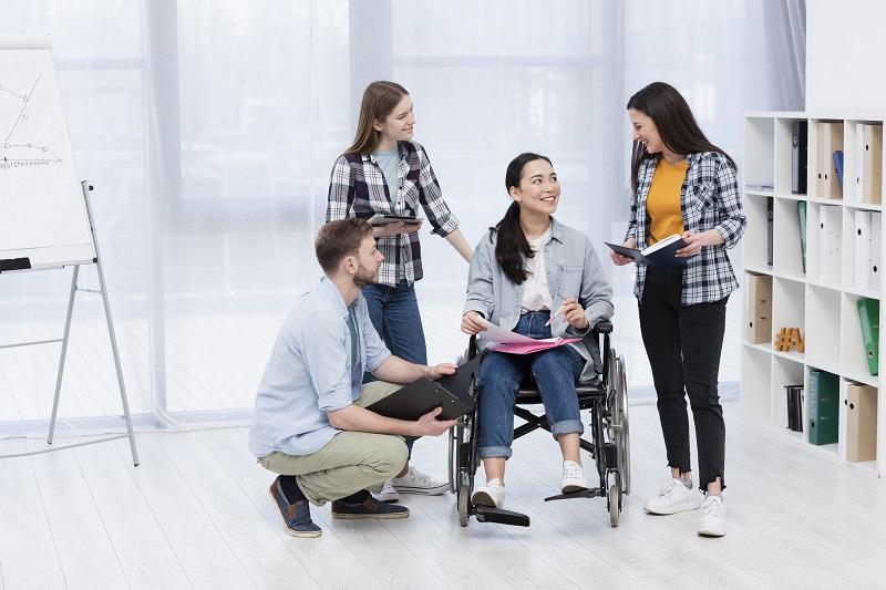Ilustrasi: berinteraksi dengan penyandang disabilitas (Foto: Freepik)