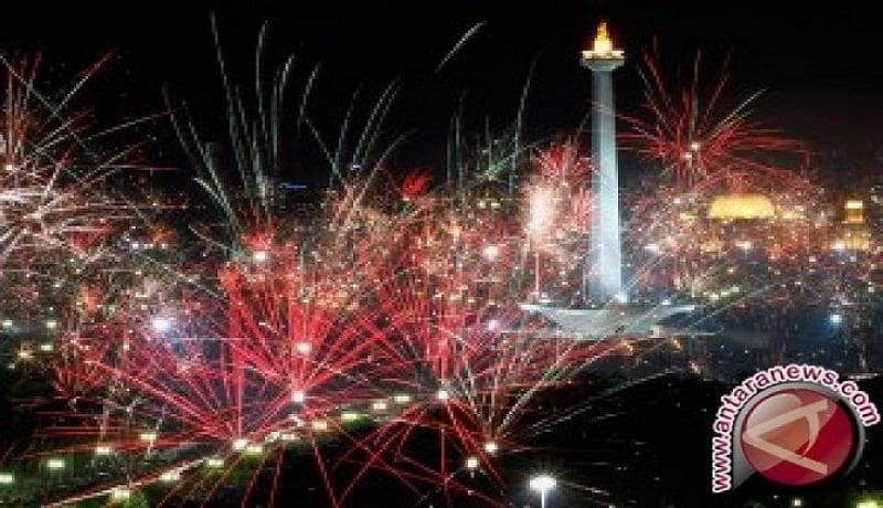 Suasana malam tahun baru di Monas. FOTO: Antara
