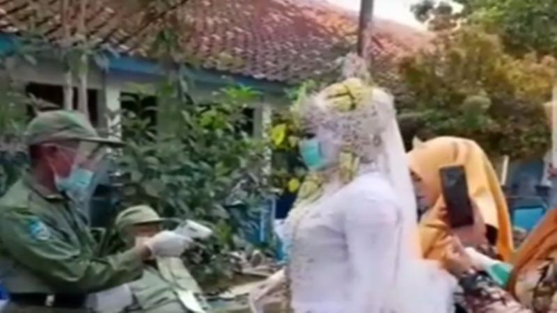 Calon pengantin yang nyoblos dulu sebelum melangsungkan akad nikah (foto: SC IG @makassar_iinfo)