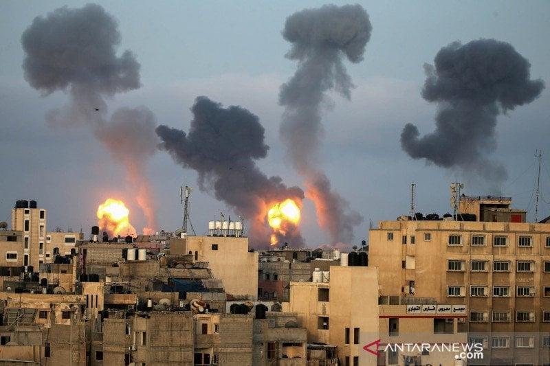 Api dan asap muncul selama serangan udara Israel di tengah meningkat nya kekerasan Israel-Palestina, di Jalur Gaza selatan, Selasa (11/5/2021). (Foto: Reuters/Ibraheem Abu Mustafa/FOC/sa)