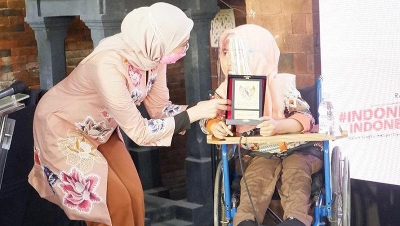Angkie Yudistia bersama seorang disabilitas (Foto:Instagram @Angkie.yudistia)
