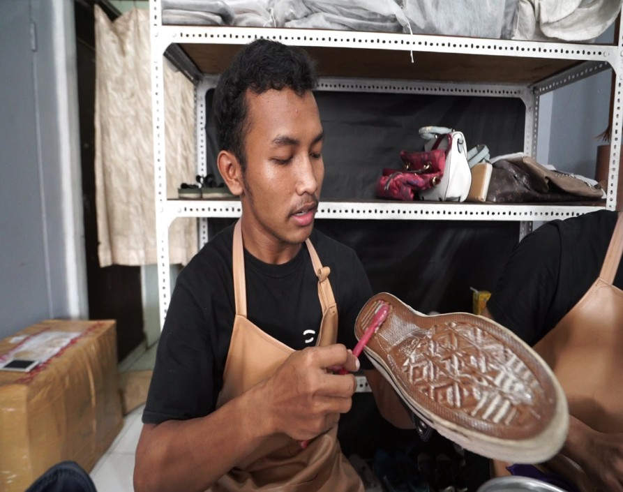 Ilustrasi mencuci sepatu. Foto: GenPI.co