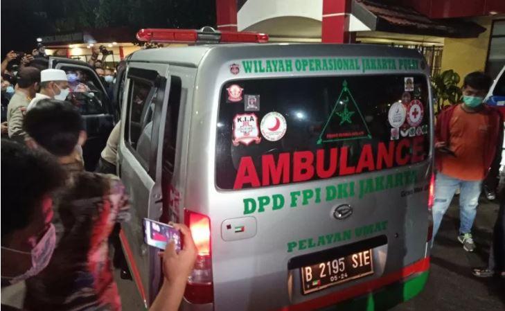 Polisi mengawasi ambulans jenazah berlogo FPI, di depan lobi IGD RS Polri, Kramat Jati, Jakarta Timur, Selasa (8/12/2020). Ambulans itu membawa jenazah salah satu pengawal Rizieq Shihab menuju kawasan Petamburan, Jakarta Pusat, usai diotopsi oleh tim fore