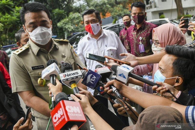 Wakil Gubernur DKI Jakarta Ahmad Riza Patria (kiri) memberikan keterangan kepada jurnalis saat tiba di Mapolda Metro Jaya, Jakarta, Senin (23/11). (Foto: Antara/Galih Pradipta/wsj)