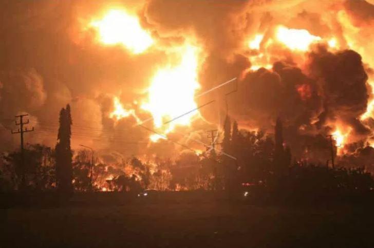 Api membumbung tinggi saat terjadi kebakaran di kompleks Pertamina RU VI Balongan, Indramayu, Jawa Barat, Senin (29/3/2021) dini hari. ANTARA FOTO/Dedhez Anggara)
