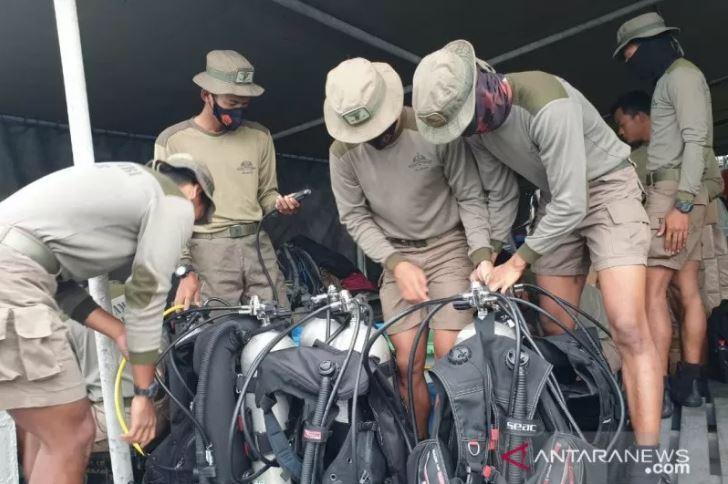 Sejumlah personel dari Korps Marinir tengah mempersiapkan alat selamnya untuk membantu proses pencarian pesawat Sriwijaya Air yang hilang kontak di Kepulauan Seribu, Jakarta. (Foto: Antara/HO-Dispen Marinir)