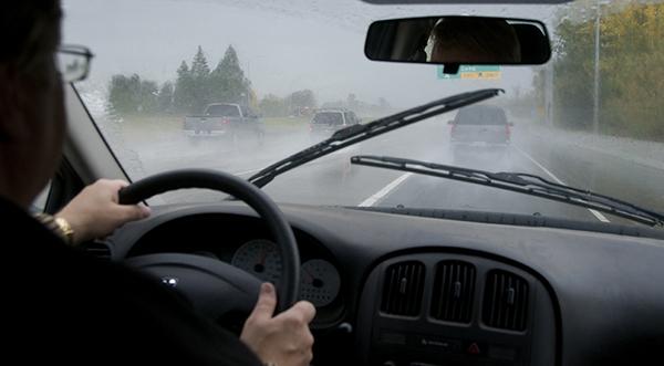 Hindari Selip, Simak Tips Aman Berkendara di Musim Hujan