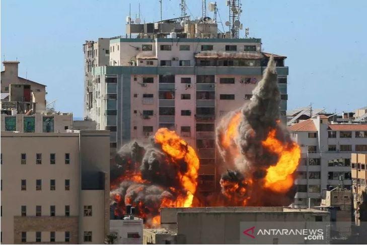 Gedung al-Jalaa, tempat kantor media Associated Press (AP) dan Al Jazeera berada, dilanda serangan udara Israel di Kota Gaza, Sabtu (15/5).(Foto: Antara/Reuters/Ashraf Abu Amrah/rwa)