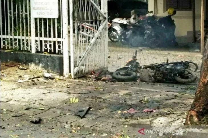 Kondisi area gerbang Gereja Katedral Makassar usai aksi bom bunuh diri, Minggu (28/3). (Foto: Antara)