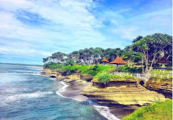 Pantai Batu Hiu. (Foto: Instagram/@pantai_batuhiu)