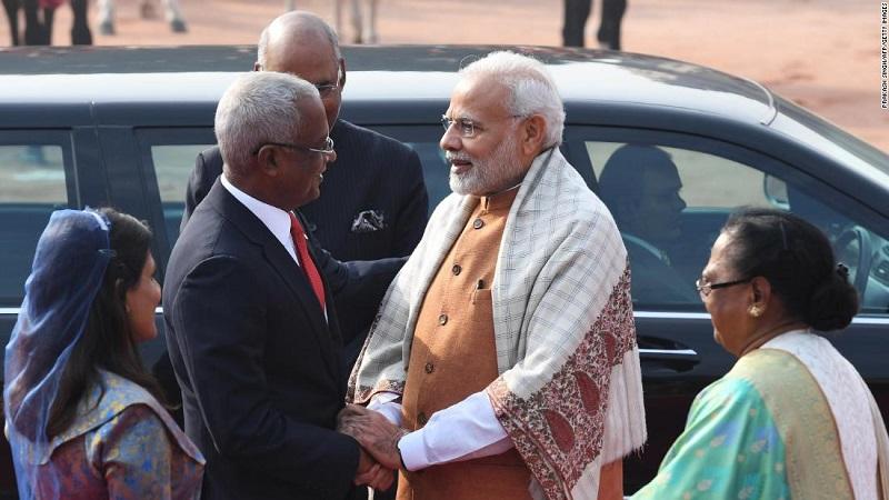 Perdana Menteri India Narendra Modi menyambut Presiden Maldives Ibrahim Mohamed Solih di New Delhi pada Desember 2018 (foto: CNN)