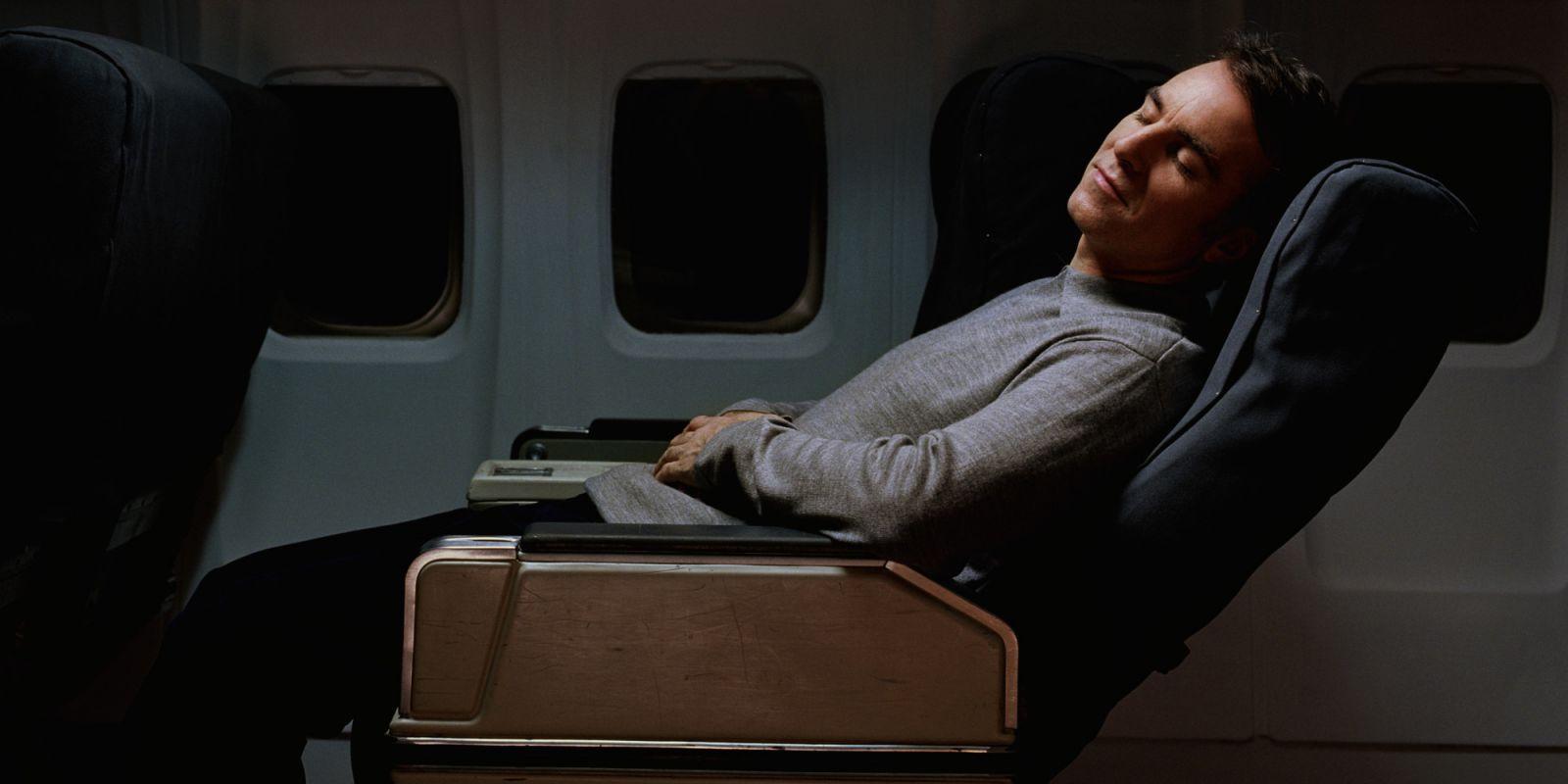 4 Cara Bantu Tidur Nyenyak selama Penerbangan