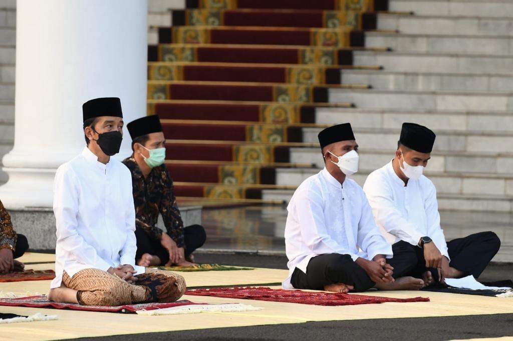 Presiden Joko Widodo mengikuti Salat Id di Istana presiden. (Foto: Facebook/Presiden Joko Widodo)