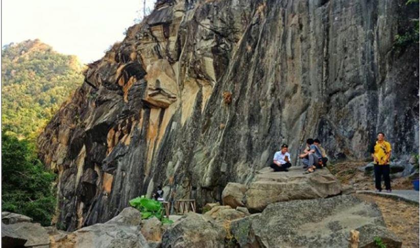 Batu Lawang di Cirebon Unik dan Menyimpan Misteri
