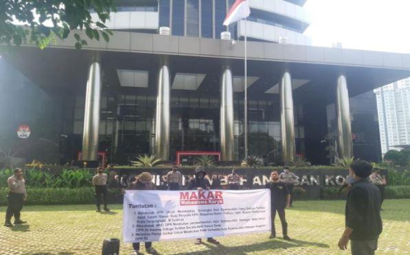 Mahasiswa yang tergabung dalam MAKAR menggelar aksi di depan gedung KPK. (Foto: dok pribadi for JPNN)