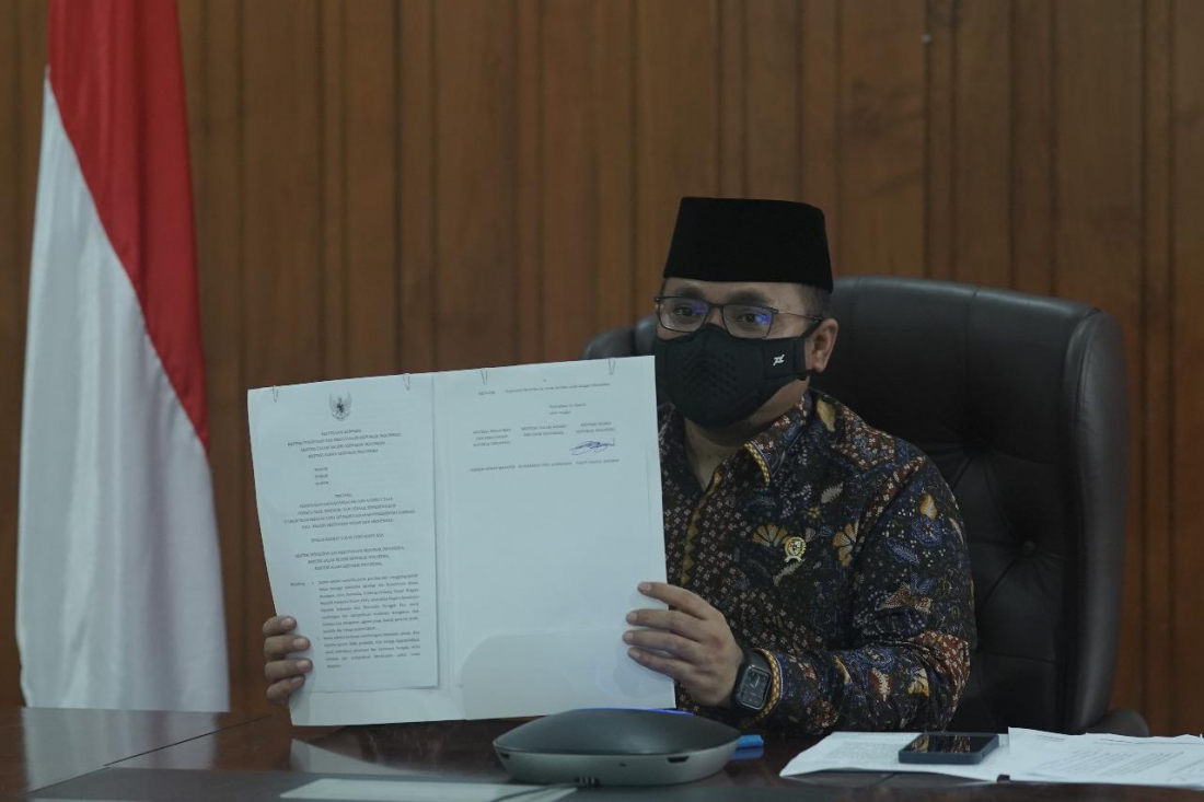 Menteri Agama Yaqut Cholil Qoumas menunjukkan SKB 3 Menteri.(Foto: Dok Kemenag)