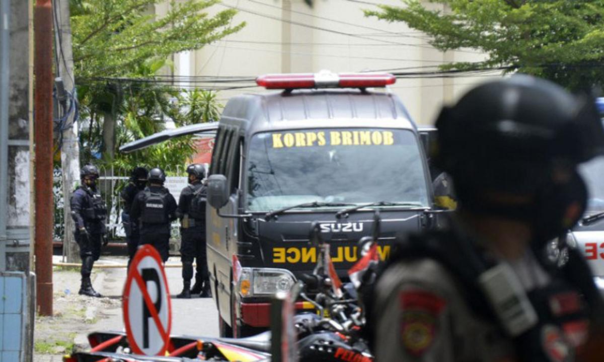 Suasana di depan Gereja Katedral Makassar setelah terjadinya bom bunuh diri.(Foto: Antara/Abriawan Abhe )
