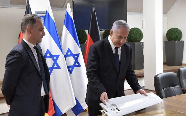 PM Benjamin Netanyahu menunjukkan kepada Menlu Jerman Heiko Mass, fragmen drone yang diyakini diluncurkan dari Iran. (Foto: timeososrael/kantor media Israel/Kobi Gideon)