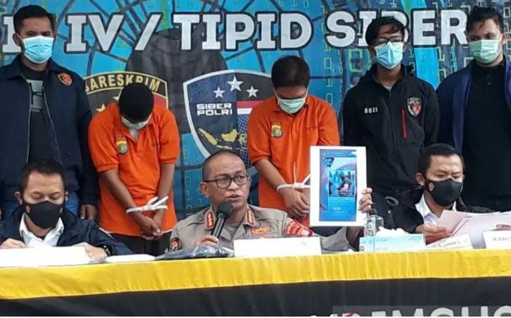 Penyidik Polda Metro Jaya hadirkan tersangka pembuat dan pengunggah video ancaman terhadap aparat Kepolisian dalam jumpa pers di Mapolda Metro Jaya, Senin (14/12/2020). (Foto: Antara/HO-Polda Metro Jaya)