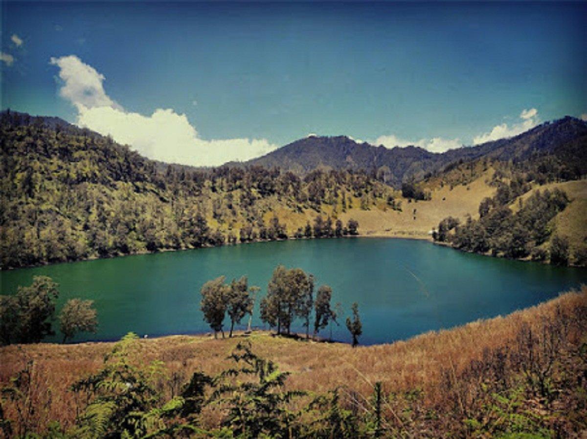 Ranu Kumbolo di Gunung Semeru. (Foto: Mohammad Qosim Al Hafiezh via AyoSurabaya.com))