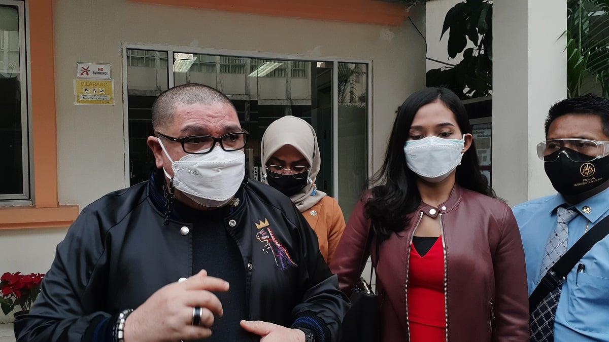 Miss Landscape international Era Setyowati alias Sierra bersama kuasa hukumnya, Razman Arif Nasution mendatangi KPAI, Senin (5/4), (Foto: Langgeng/GenPI.co)