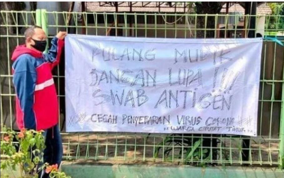 Spanduk warga Ciputat Timur, Tangerang Selatan tolak pemudik yang balik tanpa hasil swab antigen Covid-19, Sabtu (15/5). (Foto: Instagram/seputartangsel)